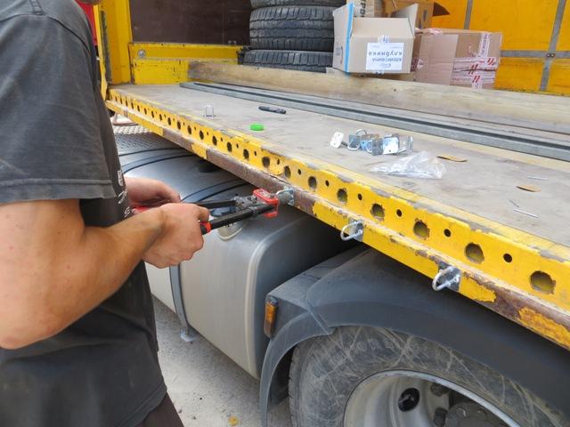 Установка скоб на грузовой борт